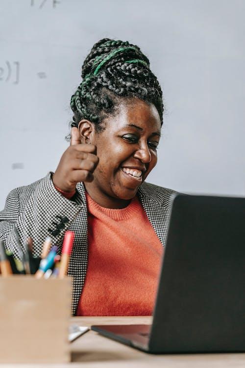 Profesor Negro Positivo Mostrando El Pulgar Hacia Arriba Durante La Prueba En Línea