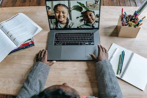 Schwarzer Lehrer, Der Laptop Benutzt Und Online Unterricht Mit Schülern Hat