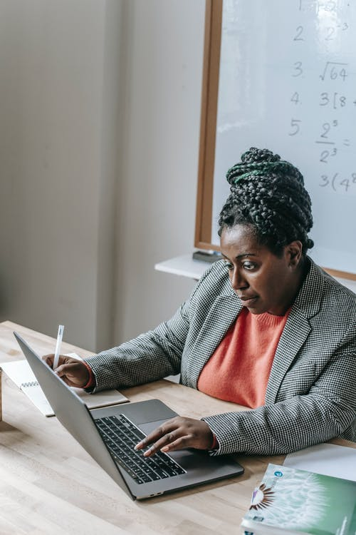 Mujer Negra Trabajando En Un Portátil En El Aula