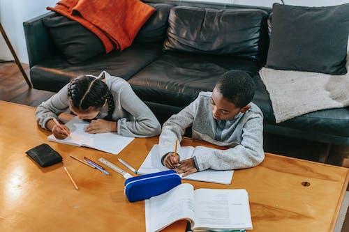 Konzentrierte Kinder Erledigen Aufgaben Zu Hause