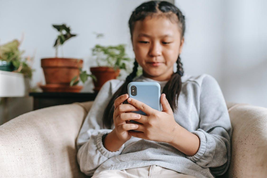 Ernstig Etnisch Meisje Met Smartphone