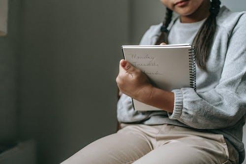 Crop Girl écrit Dans Un Cahier