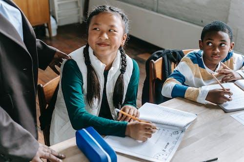 Anak Cerdas Yang Beragam Dengan Guru Di Kelas