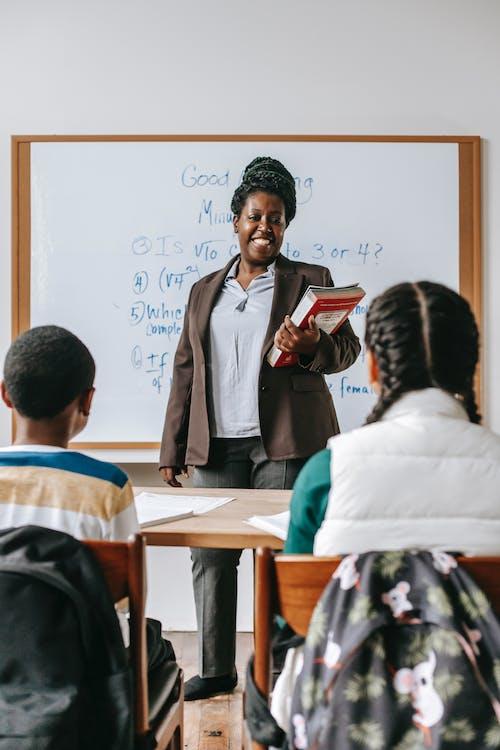 Guru Kulit Hitam Yang Ceria Dengan Anak Anak Di Kelas
