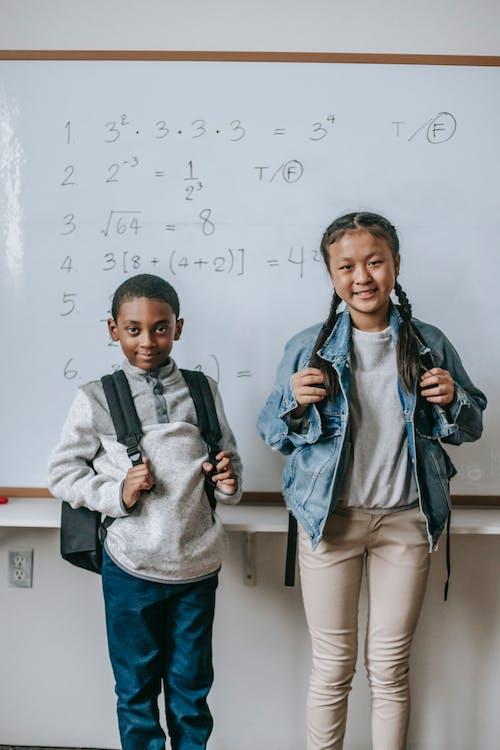 Isi Teman Sekolah Multiras Di Dekat Papan Tulis Di Ruang Kelas
