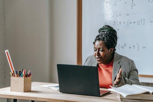Schwarzer Lehrer, Der Lektion Während Des Fernunterrichts Durch Laptop Erklärt