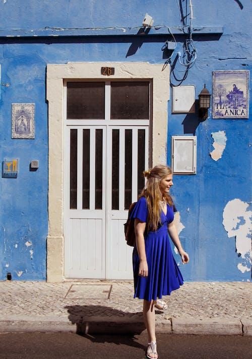 Foto profissional grátis de azul, ensolarado, entrada, garota