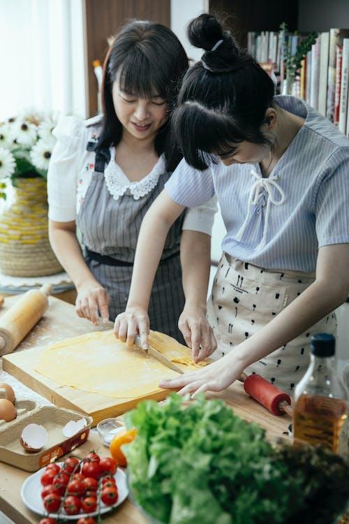 Gratis stockfoto met Aziatisch, Aziatische vrouwen, bereiden, bord