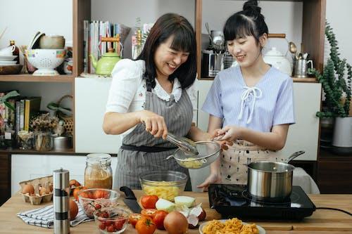 Gratis stockfoto met avondeten, Aziatische vrouwen, binden, blij
