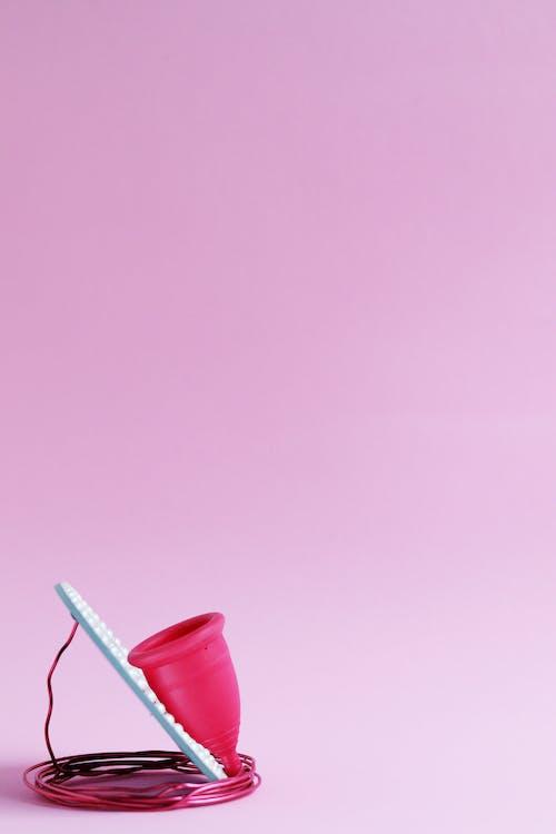 Розовый пластиковый стаканчик с соломинкой