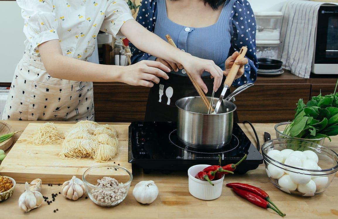 ステンレス製の調理鍋を持っている人