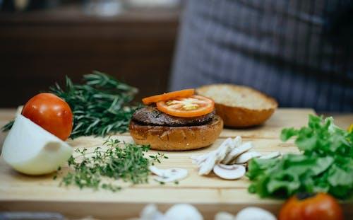 Burger Aux Tomates Et Laitue Sur Plaque En Céramique Blanche