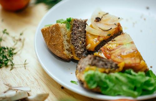 白いセラミックプレートに野菜とハンバーガー