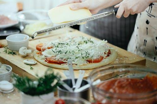 Personne Tenant Un Couteau, Trancher La Tomate Sur Une Plaque En Céramique Blanche