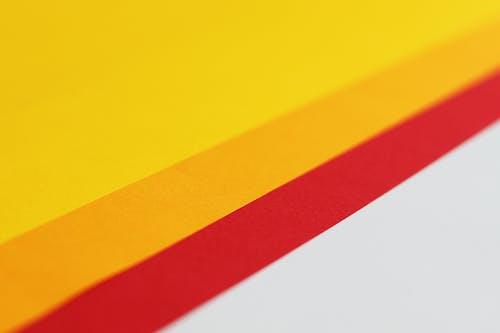 Gelbes Und Orange Papier Auf Weißer Oberfläche