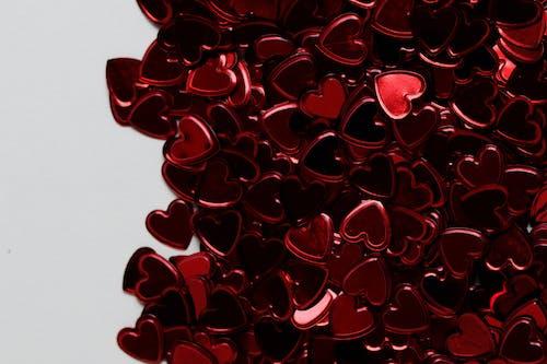 Decoraciones En Forma De Corazón Rojo Sobre Superficie Blanca