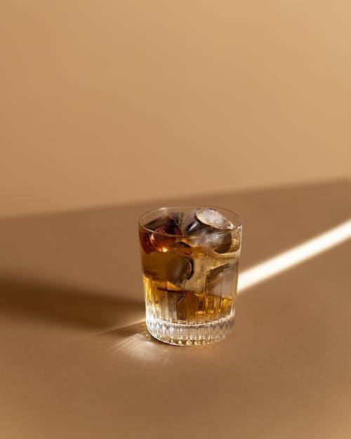 Gratis arkivbilde med alkoholholdig drikkevare, beige bakgrunn, drikke