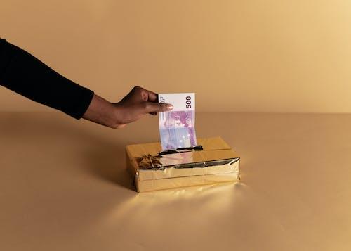 Бесплатное стоковое фото с банкнота, бежевый фон, валюта