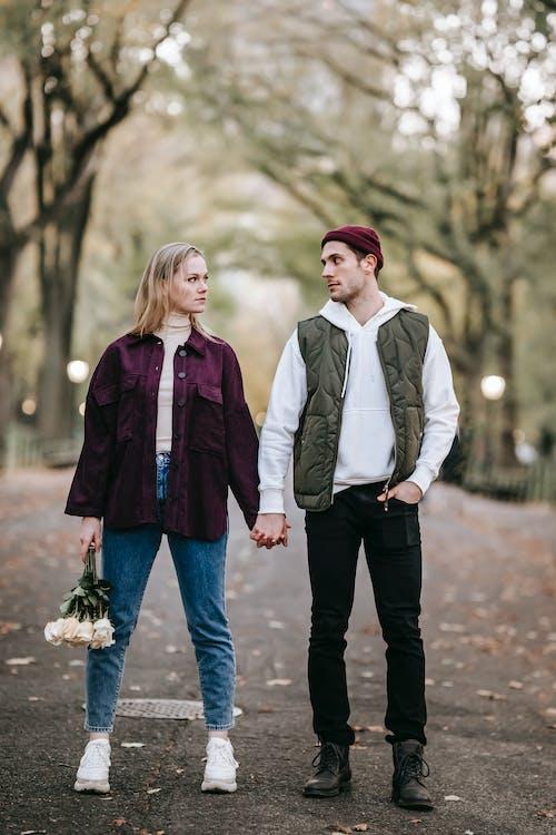 Homme En Chemise Blanche Et Femme En Veste Violette Marchant Dans La Rue