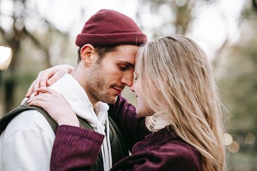 Mann In Der Schwarzen Jacke, Die Frau Im Weißen Hemd Küsst