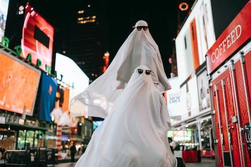 Frau Im Weißen Hochzeitskleid, Das Während Der Nacht Auf Straße Geht