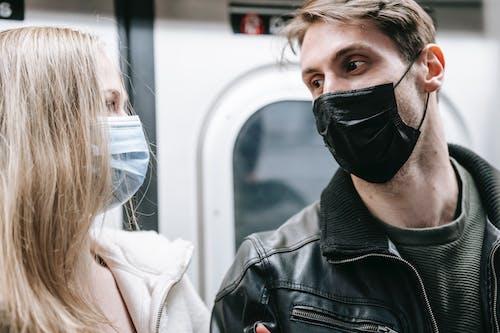 Frau In Der Schwarzen Lederjacke, Die Schwarze Maske Trägt