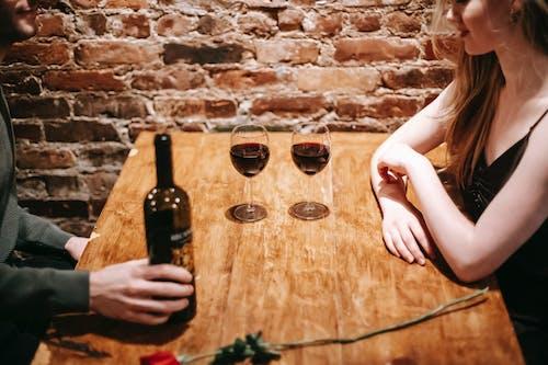 ワインとワイングラスを保持している女性