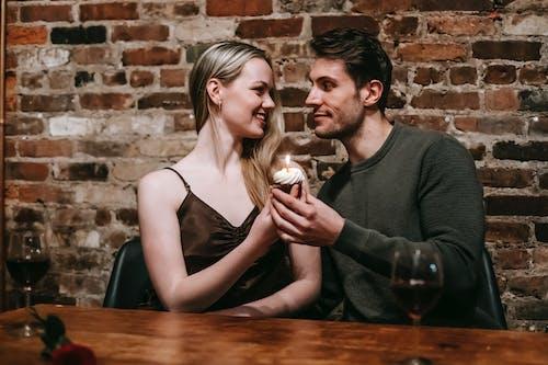 Adam Ve Kadın Holding Yanan Mum