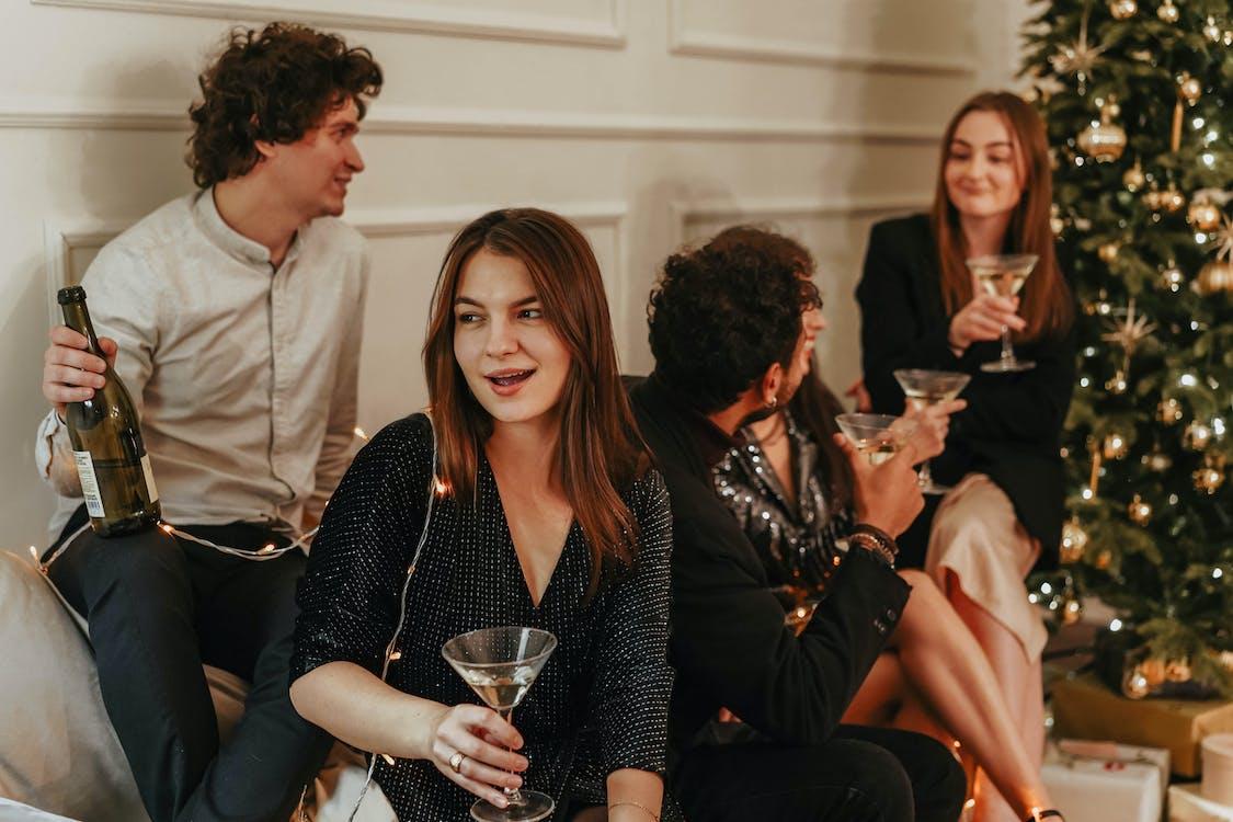 Pexels, https://www.pexels.com/pt-br/foto/adultos-celebracao-champanhe-champagne-5911467/