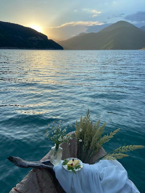 Barco Con Jarrón De Flores Y Pasto Seco En El Lago