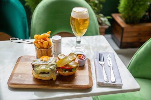 Бесплатное стоковое фото с бар, бургер из говядины, бургер пиво