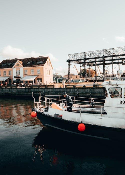 Biało Czarna łódź Na Wodzie W Pobliżu Budynków