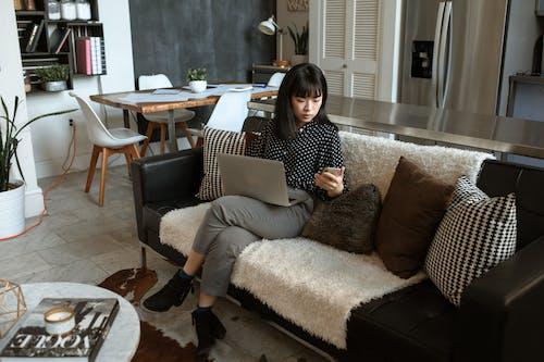Mujer En Camisa De Manga Larga De Lunares Blanco Y Negro Sentada En Lunares Blancos Y Negros