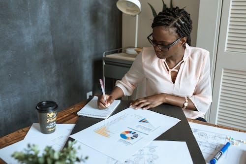 Gratis lagerfoto af arbejder, briller, dokumenter