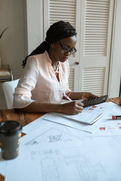 白色長袖襯衫寫在白皮書上的女人