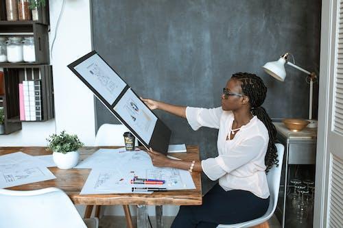 Frau Im Weißen Langarmhemd, Das Auf Stuhl Sitzt