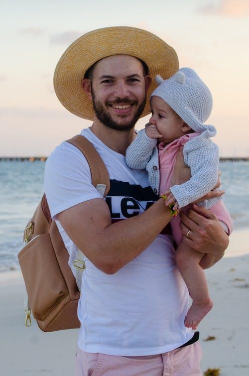 Immagine gratuita di bambino, camicia bianca, cappello di paglia