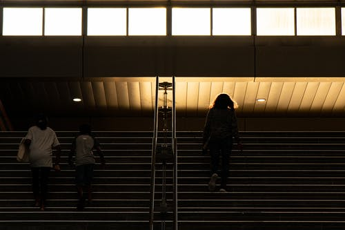 Бесплатное стоковое фото с Анонимный, безликий, вечер, вниз по лестнице
