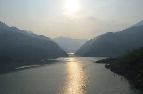 Бесплатное стоковое фото с вода, горы, долина, дымка