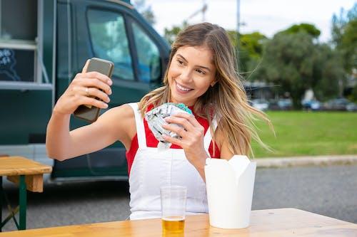 Mujer Feliz Con Hamburguesa Tomando Selfie En Smartphone En El Parque