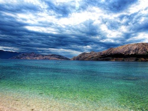 Isla Marrón Rodeada De Cuerpo De Agua