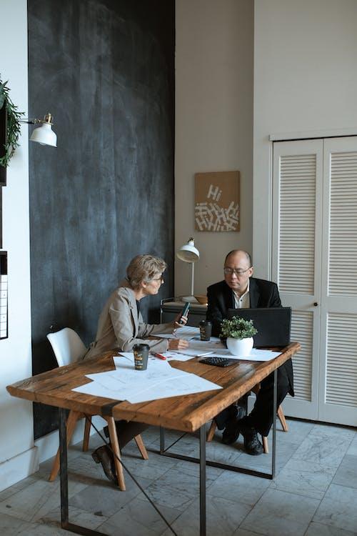 男人和女人坐在桌旁
