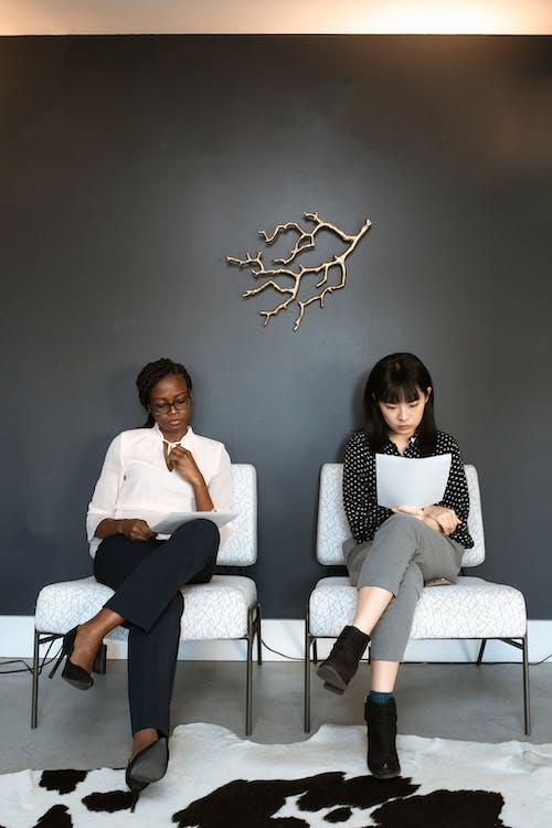 2 Frauen Sitzen Auf Weißer Couch