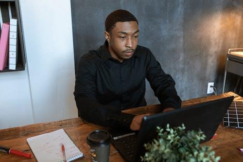 Mann In Der Schwarzen Jacke, Die Auf Stuhl Sitzt