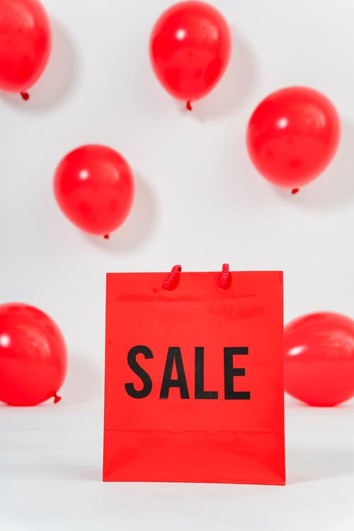 Foto De Um Saco De Papel Vermelho Com Balões Na Parede