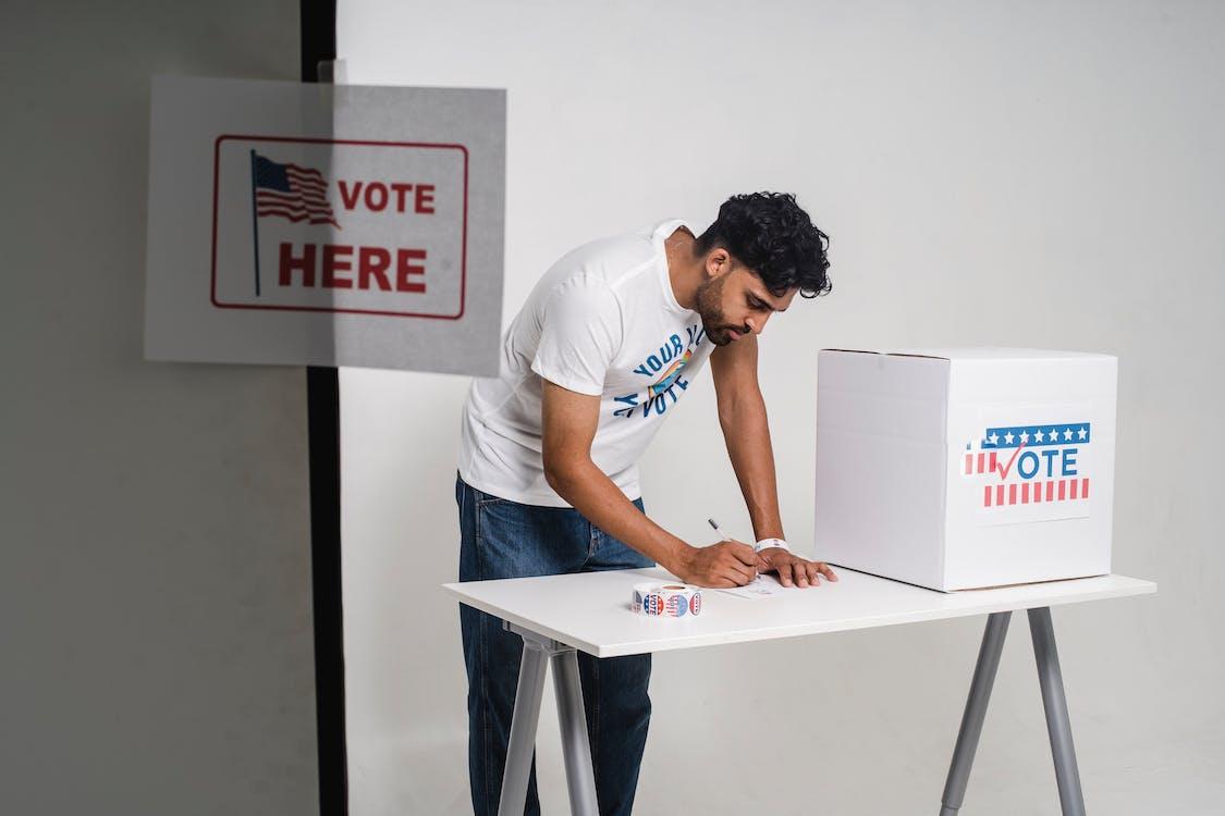 Zdjęcie Osoby Piszącej Jego Głosowanie Na Papierze