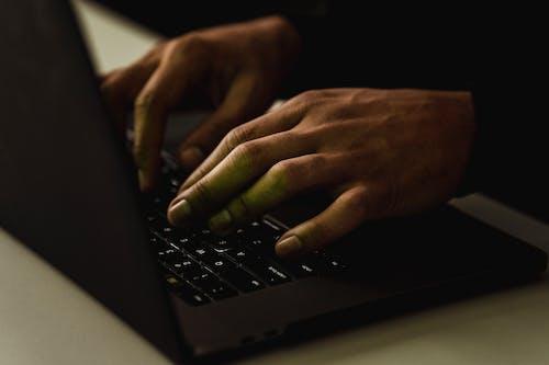 Crop Personne Méconnaissable Tapant Sur Le Clavier De L'ordinateur Portable