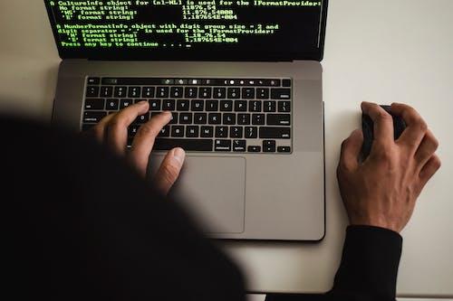 Crop Programador Sem Rosto Trabalhando Em Laptop Em Estúdio
