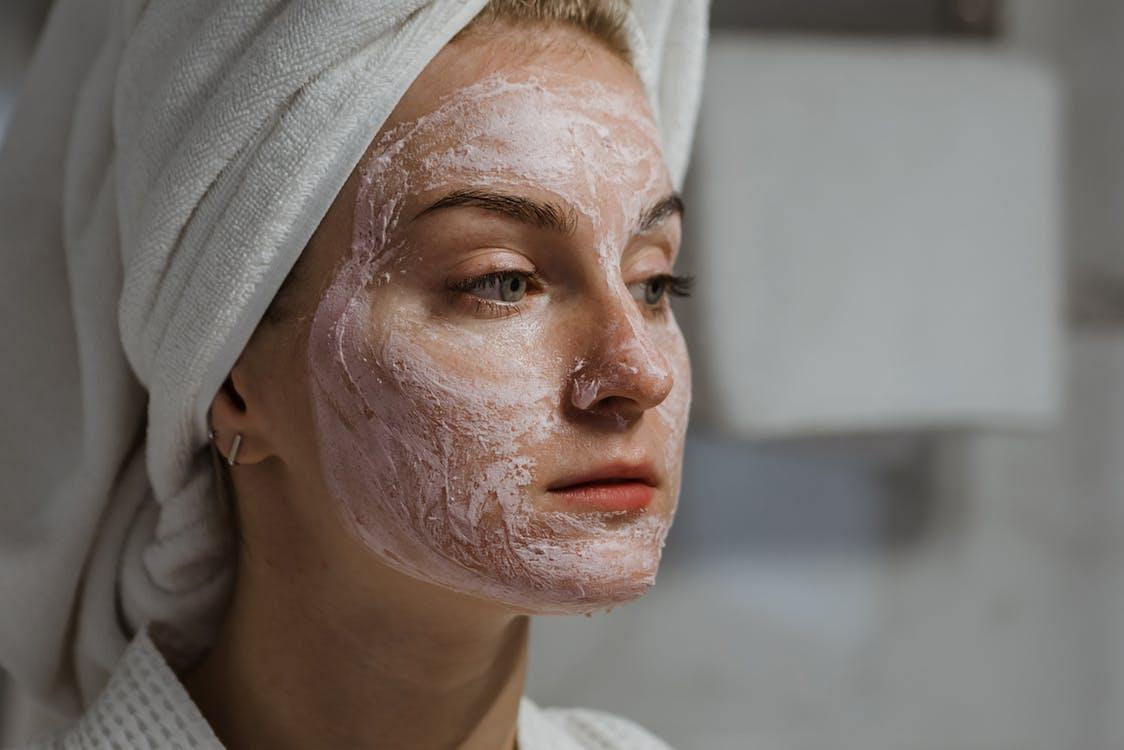 Frau Mit Weißem Handtuch Auf Kopf