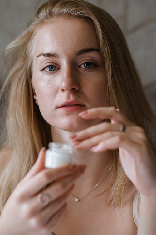 Kostenloses Stock Foto zu antialterung, auge, badezimmer, blond